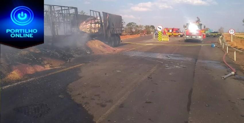 O motorista de um dos veículos morreu carbonizado.